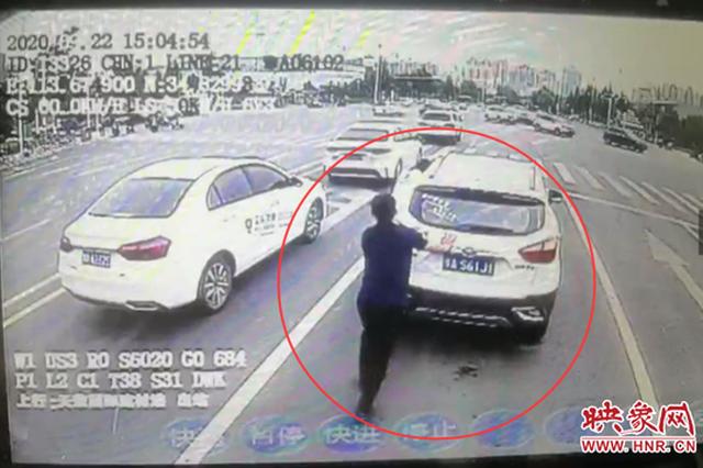 """私家车坏在路中 郑州公交车长帮推车 被赞""""大力士"""""""