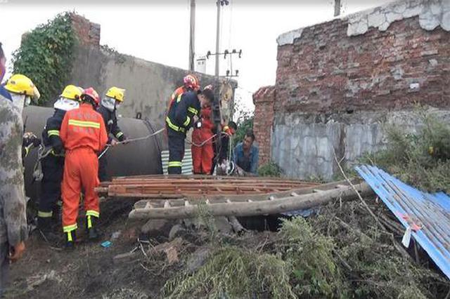 男子不慎坠入40米深井 安阳数十位消防拔河式救援