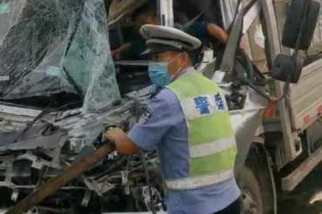 日兰高速上发生车祸驾驶员被卡 民警紧急救援