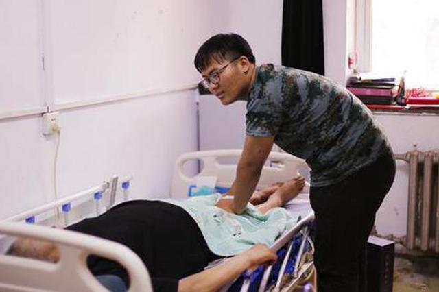 18岁河南少年带瘫痪父亲上大学:爸在哪儿 哪儿就是家