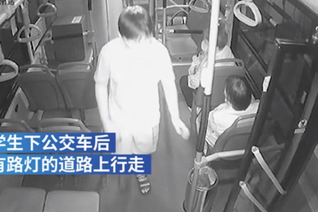 郑州公交司机开车灯护送夜行,sbc66.com游戏登入小男孩两次鞠躬感谢
