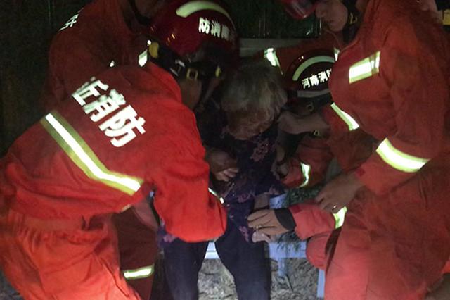 商丘老人被卡铁皮围挡内 消防员暖心守护助脱困