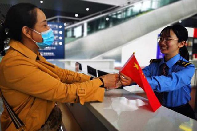 """""""双节""""首日郑州铁路预计发送旅客55.4万人次"""