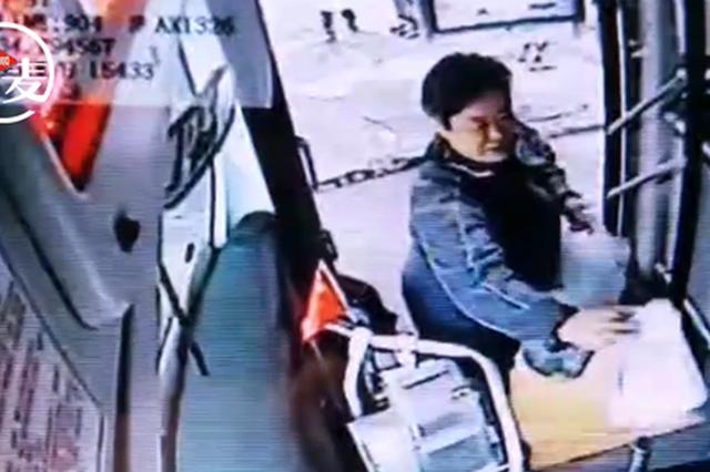 郑州阿姨雨天独坐站台专拦公交车 过路车长都说太温暖