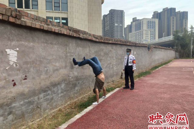 """郑州59岁男子每天坚持倒立 练出""""绝活""""治好病"""