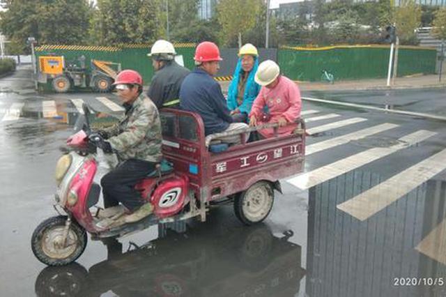 双节违法载客和超载 郑州交警一天查处11辆