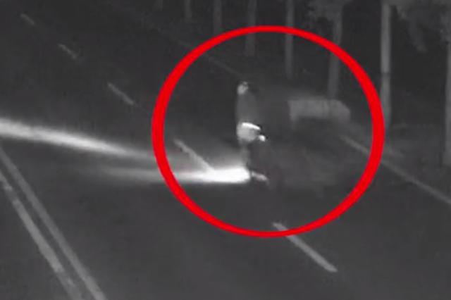 凌晨男子骑三轮撞翻老人后逃逸 民警凭现场遗留一物锁定嫌疑人