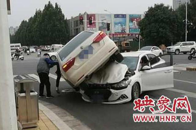 """郑州司机抢信号灯""""起飞"""" """"骑上""""另一辆车被判全责"""