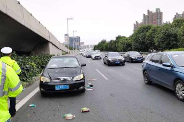 郑州南三环汽车行人相撞 行人已送医