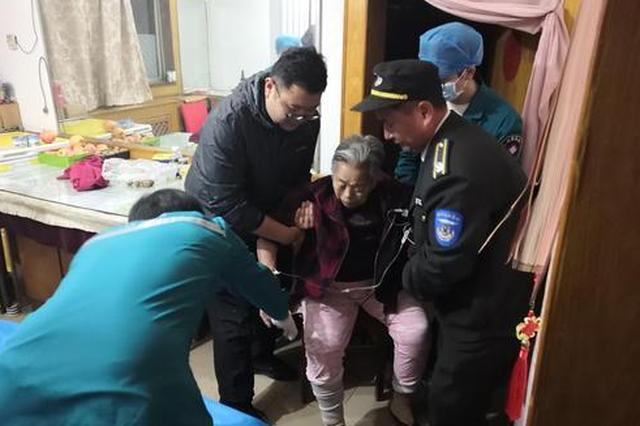 郑州一老人病情突发 多名邻居紧急送医