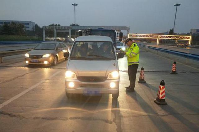 郑州交警在重点路段采取错时上岗 严查超员违法行