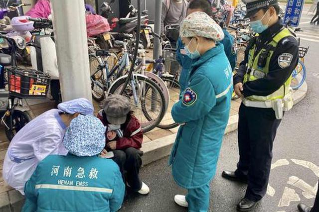 女孩突发晕厥街头摔倒 郑州交警紧急救助送医