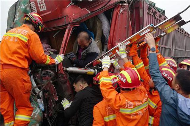 运煤货车追尾车头严重变形 消防员用肩顶起医护人员急救司机