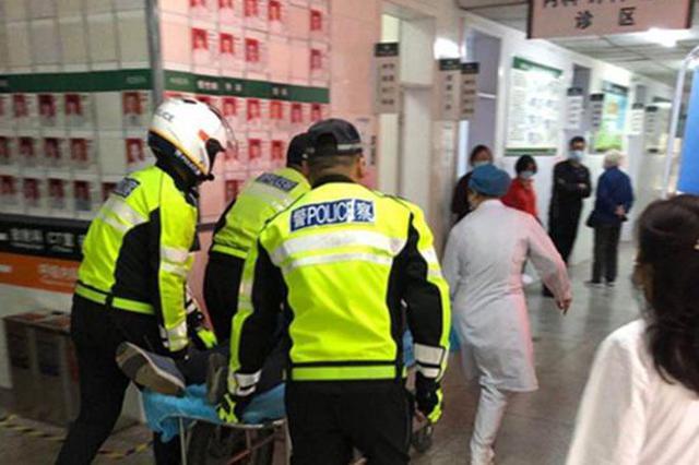 老人在路口等红绿灯突然晕倒在地 漯河骑警紧急救助送医