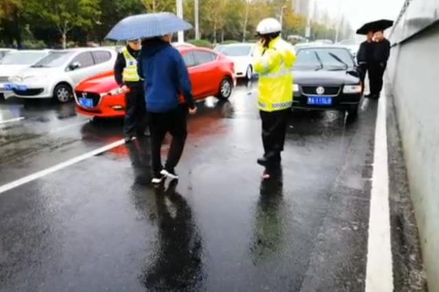 郑州多名行人横穿马路 交警表示:加强治理