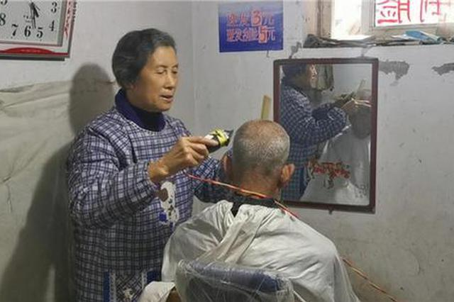 83岁老人开3元理发店十年不涨价 顾客来店笑声不断