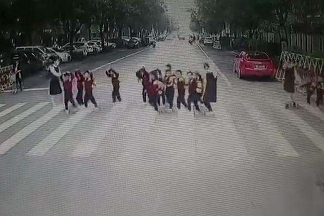 萌娃排队过马路 致谢车长礼让 比心又挥手画面太暖