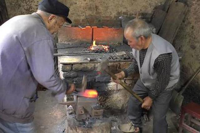 """郑州83岁老翁携67岁弟弟""""锻刀"""" 400元一把"""