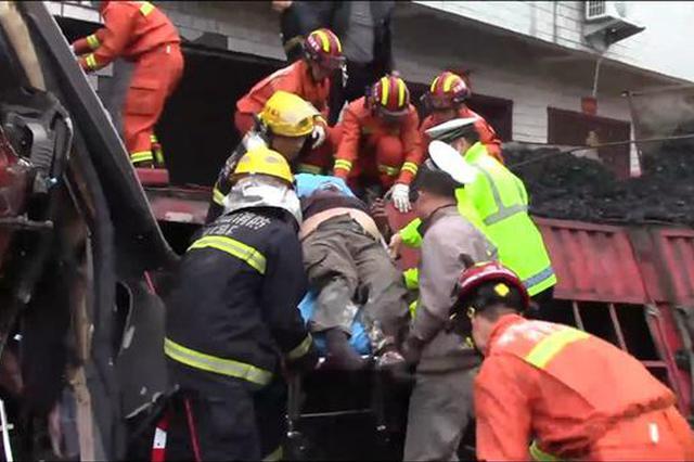 疲劳驾驶惹祸!平顶山一拉煤货车冲入民房二人被困
