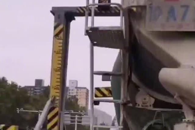 当心!郑州一水泥罐车撞坏限高架或赔偿7万