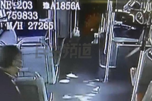 郑州公交严查三品不松懈 男子当场喝中药以示清白