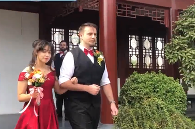 疫情期间相恋 高校美籍外教在中国校园内办婚礼