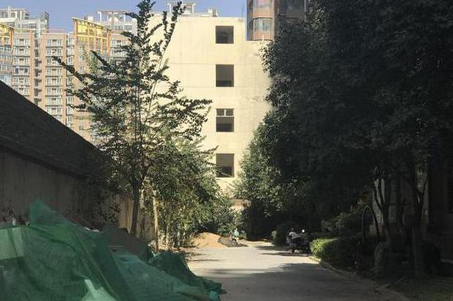 郑州一小区消防通道被危房霸占10年 物业:只对小区内维护