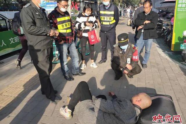 男子突发疾病晕倒在地 郑州热心人帮忙使其转危为安