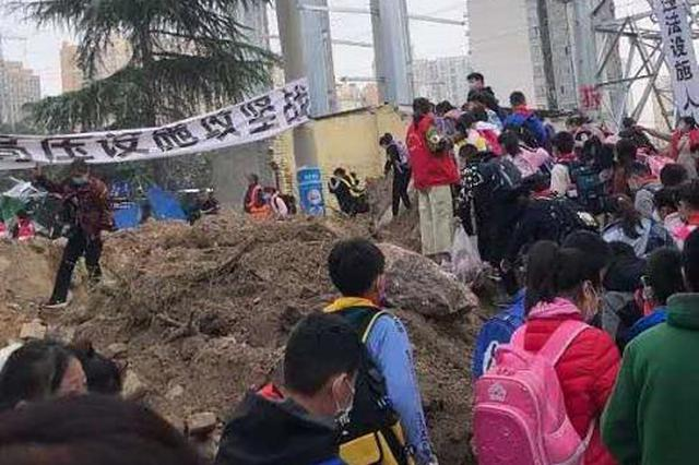 """郑州俩小区有矛盾""""堵""""住小学生上学路 家长:别为难孩子"""