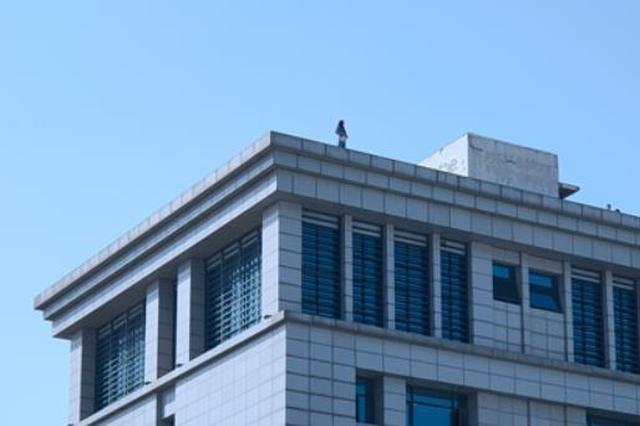 郑州一物流园区内有商户欲跳楼轻生 3小时后安全解救