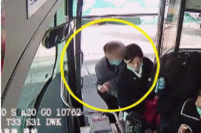 郑州公交车上男子偷窃 车长一声怒吼要回被盗手机