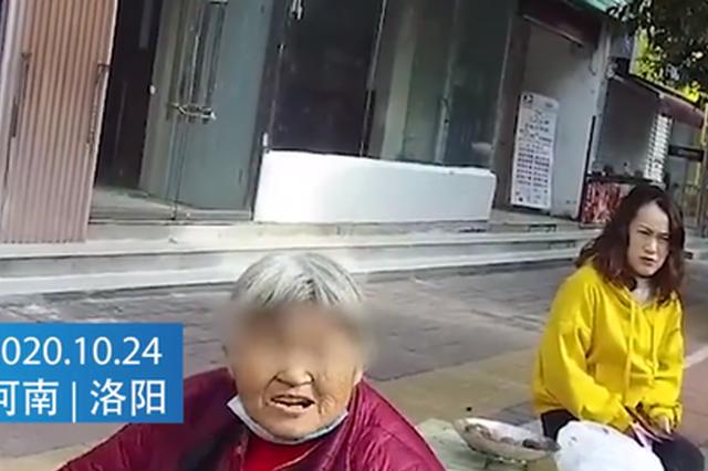 洛阳民警帮老人找到家 老人掏出身上所有零钱欲感谢