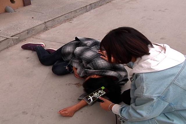 痛心!男孩在午托班意外坠楼身亡 母亲痛哭还原现场