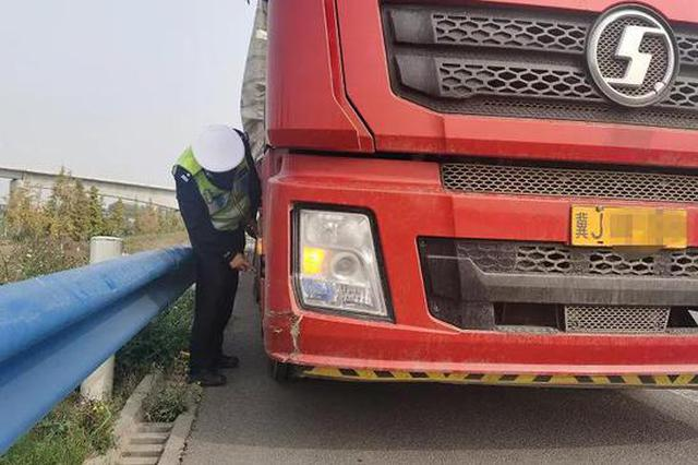 河南高速上货车异响 司机下车一看十条螺丝断了八条