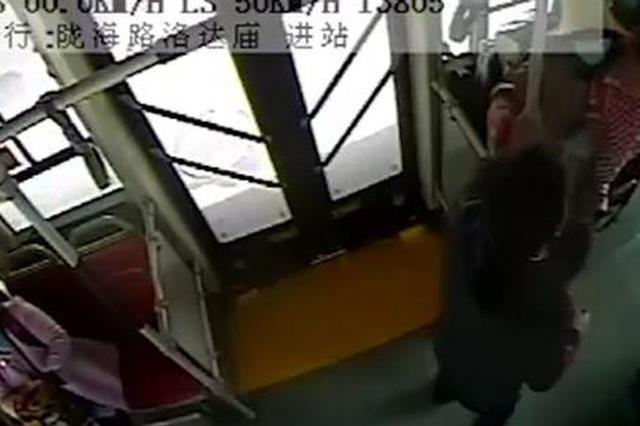 公交车长蹲地帮抱孩子母亲系鞋带 宝妈:你这要把我感动哭了