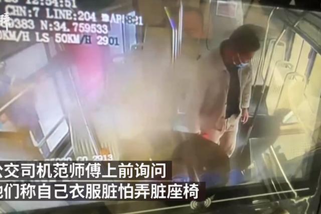 农民工怕弄脏公交坐地上 郑州公交司机拉他们坐座椅