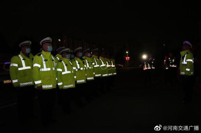 郑州交警、城管联合开展渣土车夜查集中行动