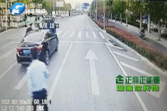 郑州一私家车正行驶突然停在快车道 接下来一幕暖了