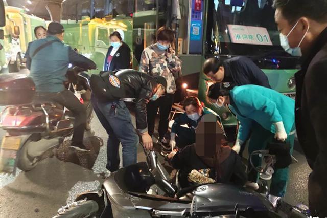 郑州女子骑电动车快车道车缝中穿行 被撞伤后吓得哇哇大哭