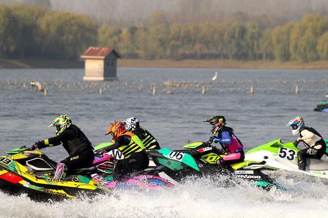 许昌鄢陵:中国摩托艇公开赛鹤鸣湖激情对决