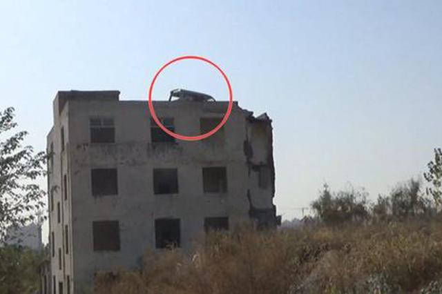 """面包车爬上楼顶""""吃灰""""6年 居民:是被吊上楼顶""""防拆""""的"""