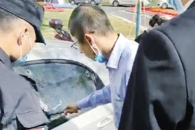 郑州两岁娃被误锁私家车中 路过公交车长举起了锤子