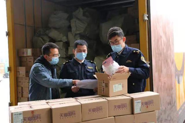 """郑州海关为""""双十一""""跨境包裹护航"""
