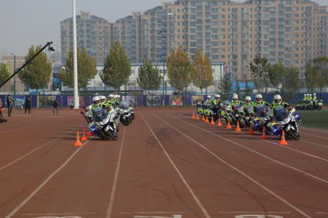 全国交警在豫进行实战大练兵比武 交警铁骑亮绝活展示摩托车特技