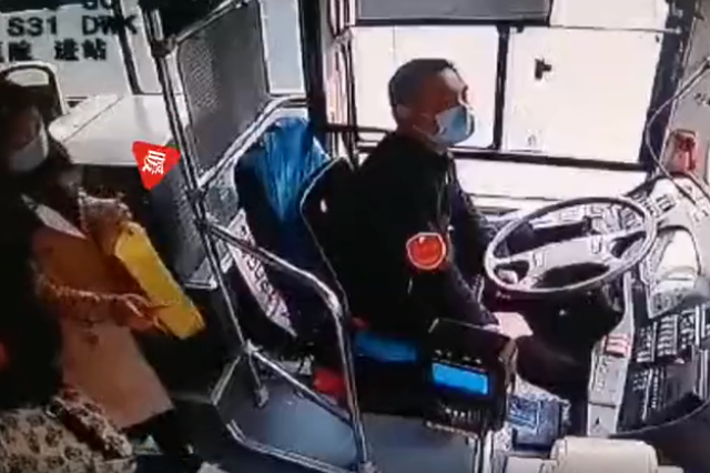 """甜!女乘客突然递来一支棒棒糖后""""风一样""""地跑下车 车长愣住了"""