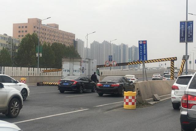 郑州西四环一处限高架被撞 这次是它闯的祸…