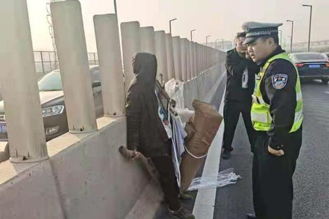 郑州拾荒老人高架徒步逆行 暖心交警送其回家