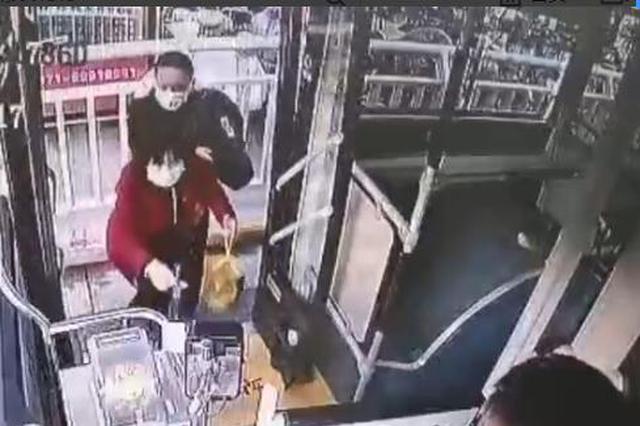 """""""你干啥呢!放那儿!""""郑州公交车长一声怒吼吓退已得手的小偷"""