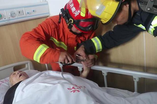 平顶山一住院老人戒指卡手影响治疗 消防员破拆救
