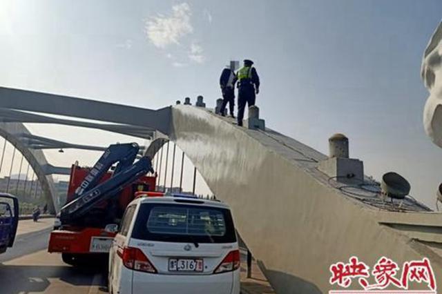 漯河男子爬上大桥拱顶欲轻生 民警苦劝2小时解心结